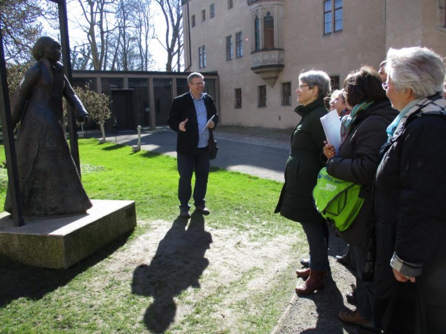 Lutherinder Klaus Ahrendt im Hof des Lutherhauses in Wittenberg