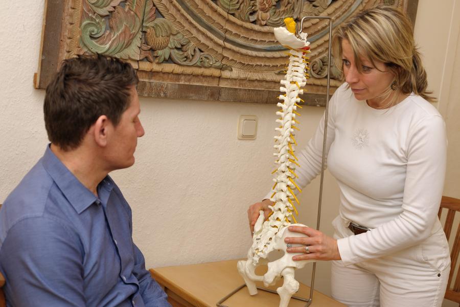 Wirbelsäulenmodell mit Patient