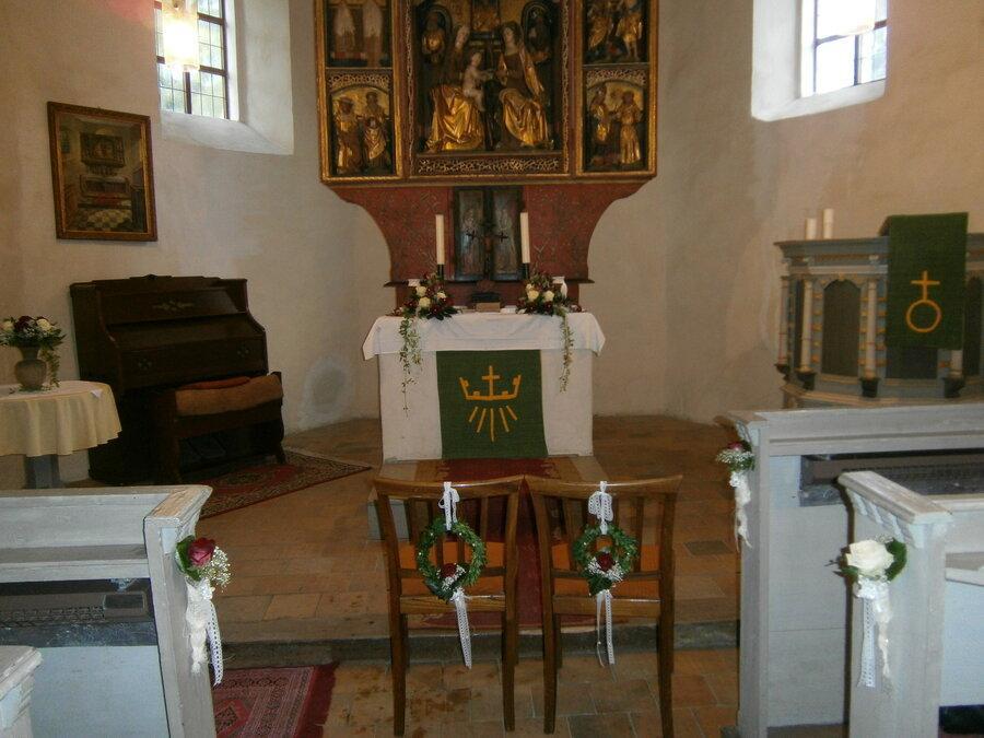 Kirche Altar geschmückt®Katlen Renz