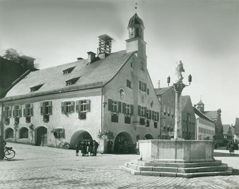 """Ende 1946, in einer Zeit, in der die schrecklichen Auswirkungen des 2. Weltkrieges unter der örtlichen Militärregierung noch deutlich spürbar waren, versuchte die Marktgemeinde Mainburg erstmals ihre """"Stadterhebung"""" zu erreichen."""
