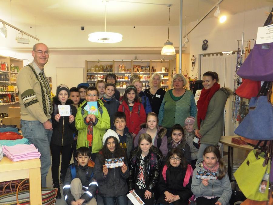4. Klasse der Buch-Schule übergibt Spende