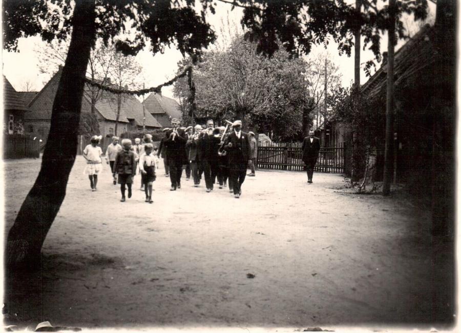 Festumzug Anfang 1900 aus der Uelitzerstr. kommend in Richtung Kreuzung in Sülte