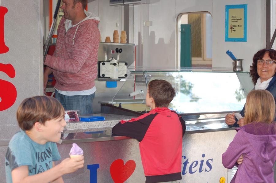 Das durfte am Kindertag nicht fehlen: Eis für Groß und Klein und als Erfrischung für zwischendurch
