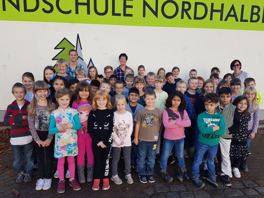 Schulkinder mit Frau Lippert, Frau Wachter und Herrn Wich-Herrlein