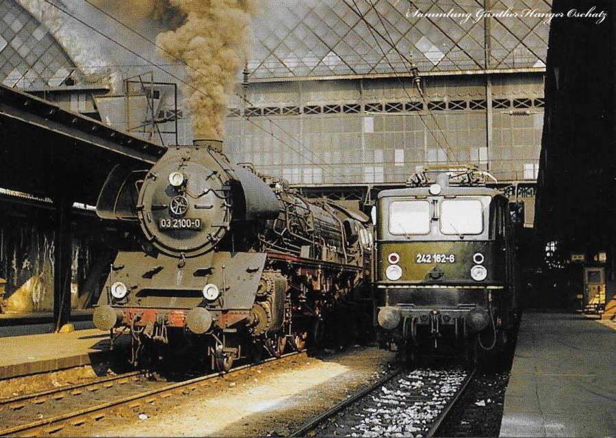 Schnellzugdampflokomotive 03 2100 und   Elektrolokomotive 242 162  an der Westseite des Dresdner Hauptbahnhofes