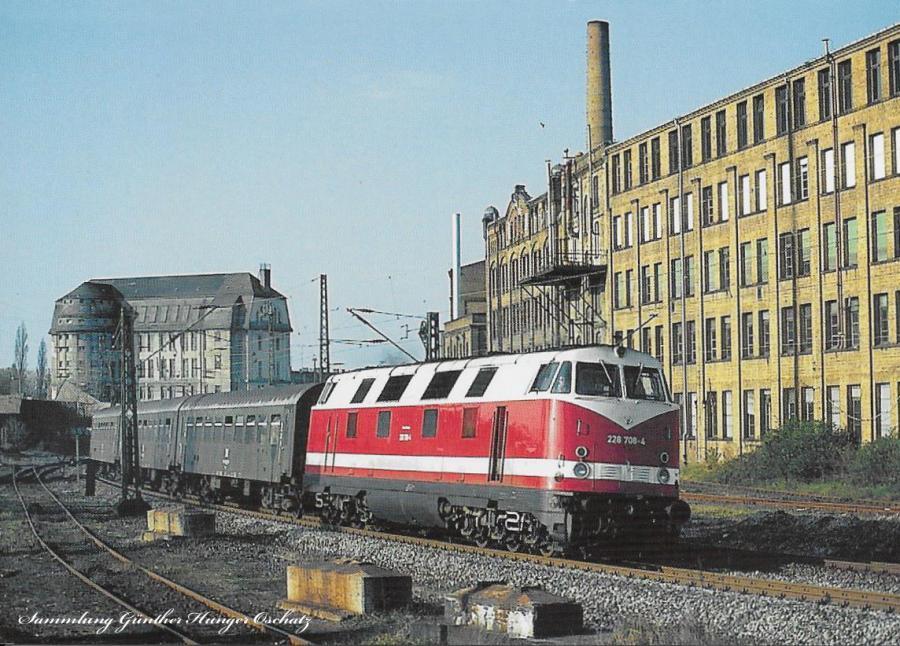 Diesellokomotive 228 708 mit Regionalbahn  bei Durchfahrt in Leipzig-Leutsch