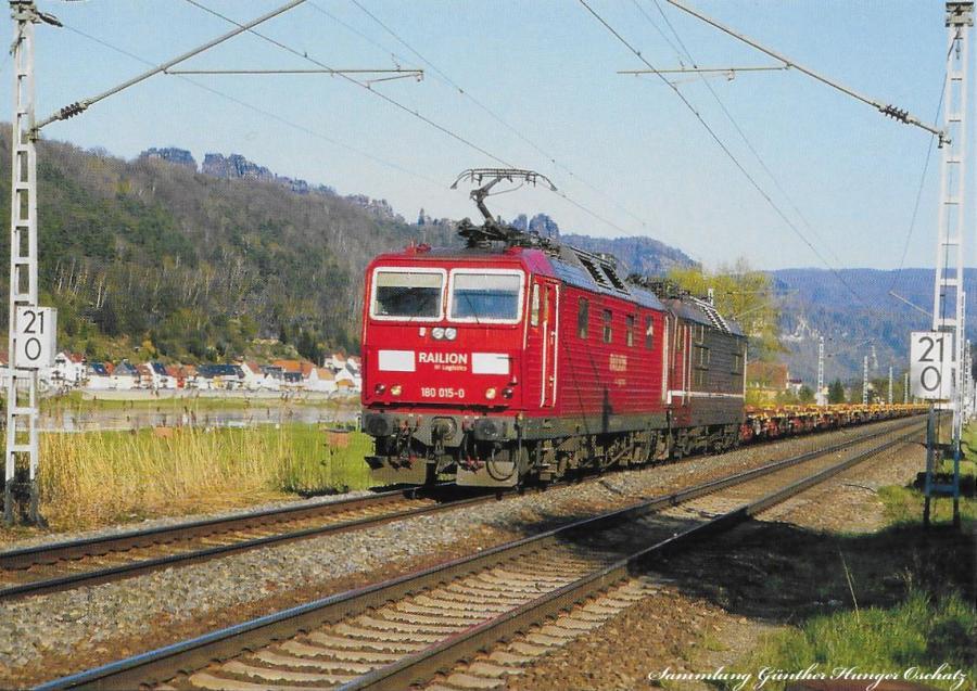 Elektrolokomotive 180 019 + 180 015  mit Güterzug (RoLa) bei Kippen