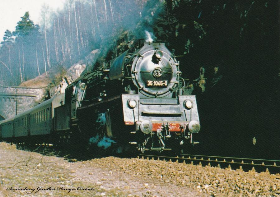 Neubaudampflokomotive 35 1045 hat mit Personenzug den Waldheimer Tunnel verlassen
