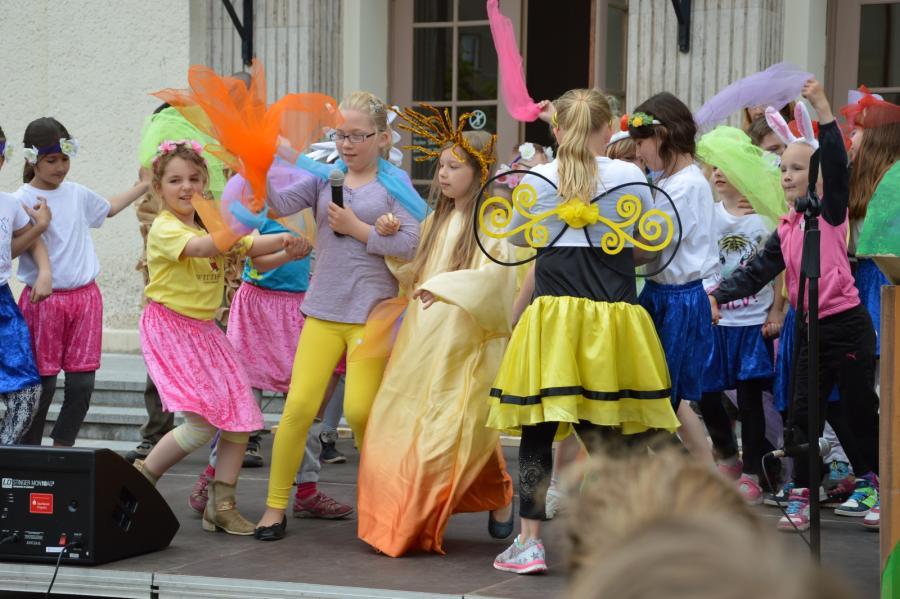 Tanz mit fantasievollen Kostümen I Foto: Christiane Schomaker