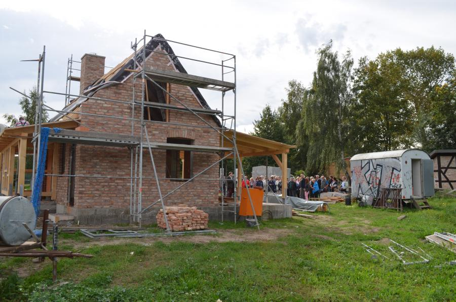 Bustour 29.09.2016 - Aufbau des Backhauses im Freilichtmuseum Klockenhagen