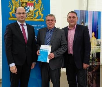 Albert Füracker, Hans Koch und Klaus Hafner bei der Übergabe des Bewilligungsbescheids zur Stabilisierungshilfe