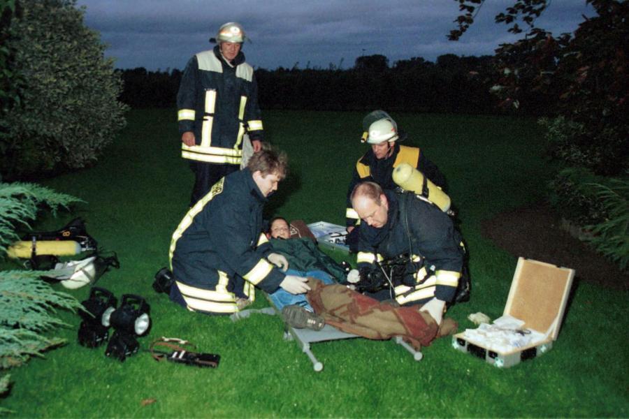 Sanitäter bei der Versorgung eines Verletzten (hier bei einer Übung)