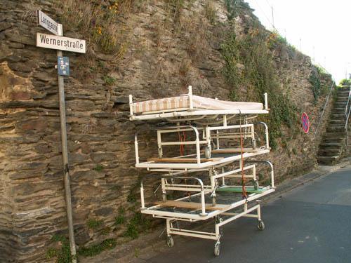 Fest verzurrt standen die Betten aus den Loreley-Kliniken zur Abholung bereit.