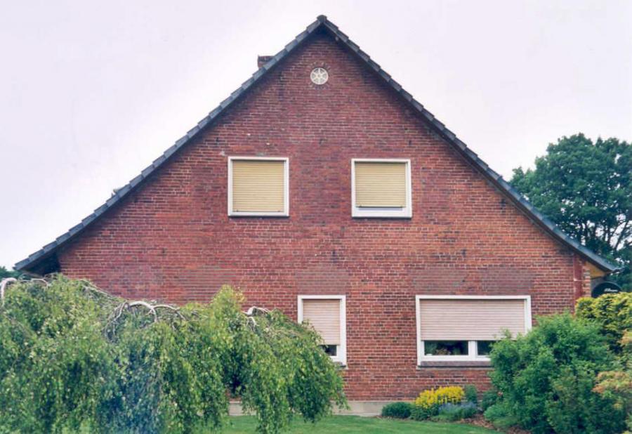 Wohngebäude mit geänderten Fensteröffnungen, Frühsommer