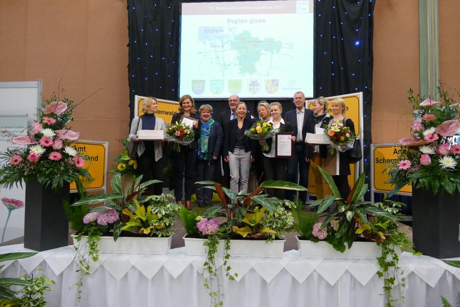 Preisträger mit Gratulanten