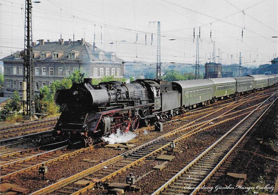 Schnellzugdampflokomotive 03 2135 mit Reisezug hinter Dresden-Neustadt