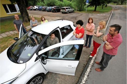 Test eines Elektroautos in der Gemeinde Niederer Fläming
