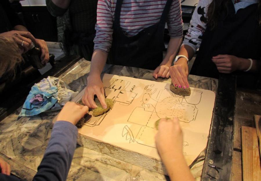 Schüler*innen bereiten ihr Motiv für den Druck vor. Foto: Museum Neuruppin