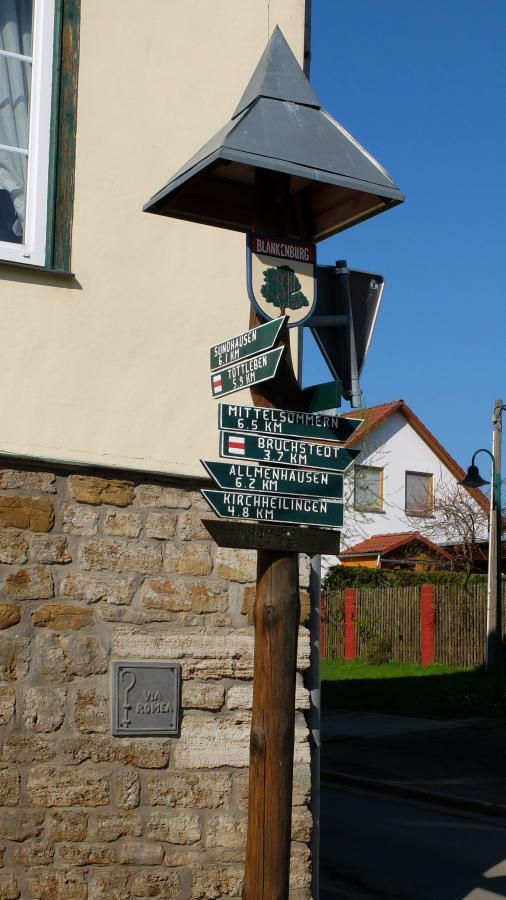 Wegweiser beim Dorfgemeinschaftshaus