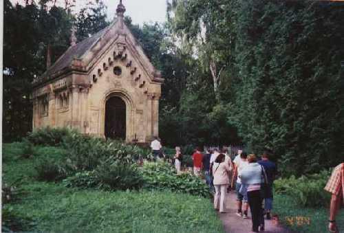 Die VG-Delegation beim Besuch 2005 auf dem Weg zur Kapelle neben der Kirche in Tervete. Die von der hiesigen Firma Lenz aus Niederburg gespendeten Schiefersteine werden in Kürze das Dach der Kapelle zieren.