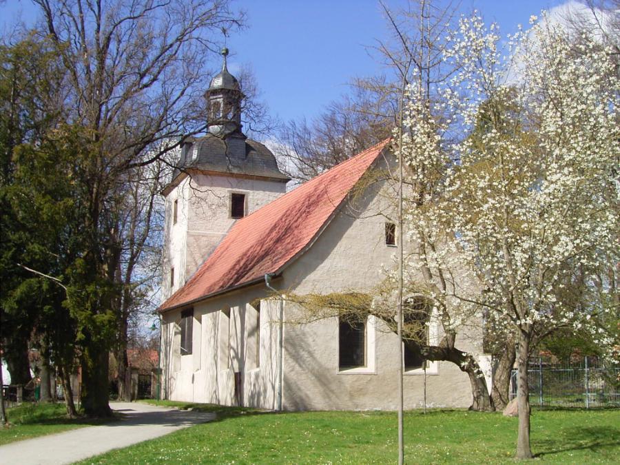 Kirche St. Levin im Frühling