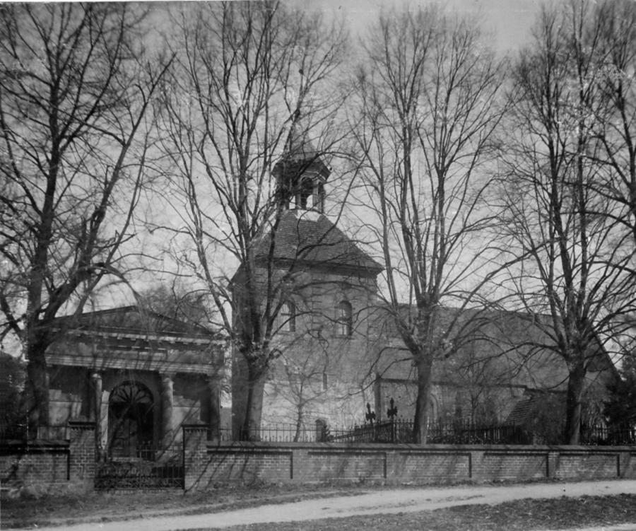 Die Grabkapelle Viereck und die Schorrentiner Kirche (Foto vor 1940)