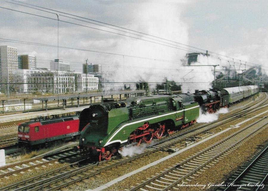 Schnellzugdampflokomotive 03 1010 + 02 0201  mit einem Sonderzug bei Ausfahrt aus Dresden Hbf
