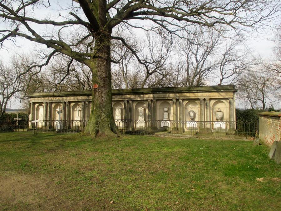 Die klassizistische Grabanlage erzählt Geschichte