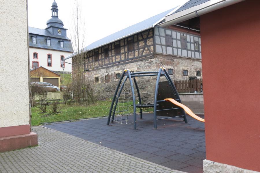 Spielgerät und Schulgarten