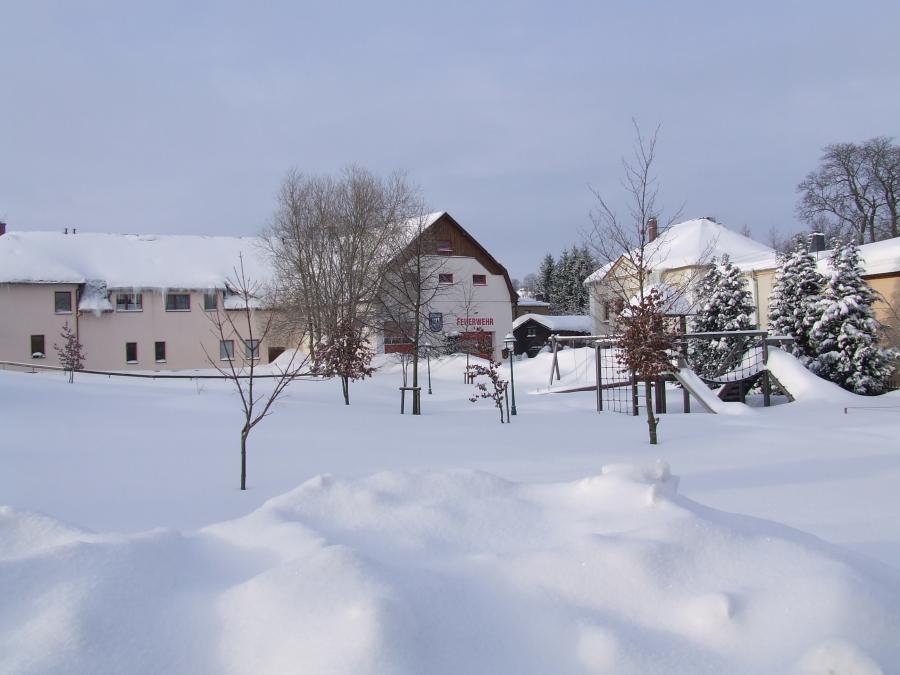 Gerätehaus mit Spielplatz und Pyramide im Winter