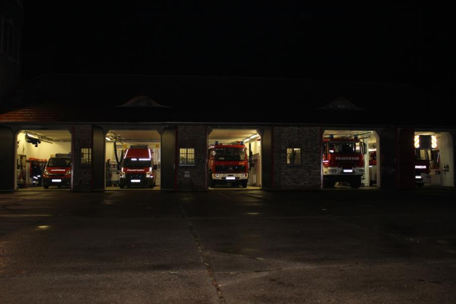 Fahrzeughalle bei Nacht
