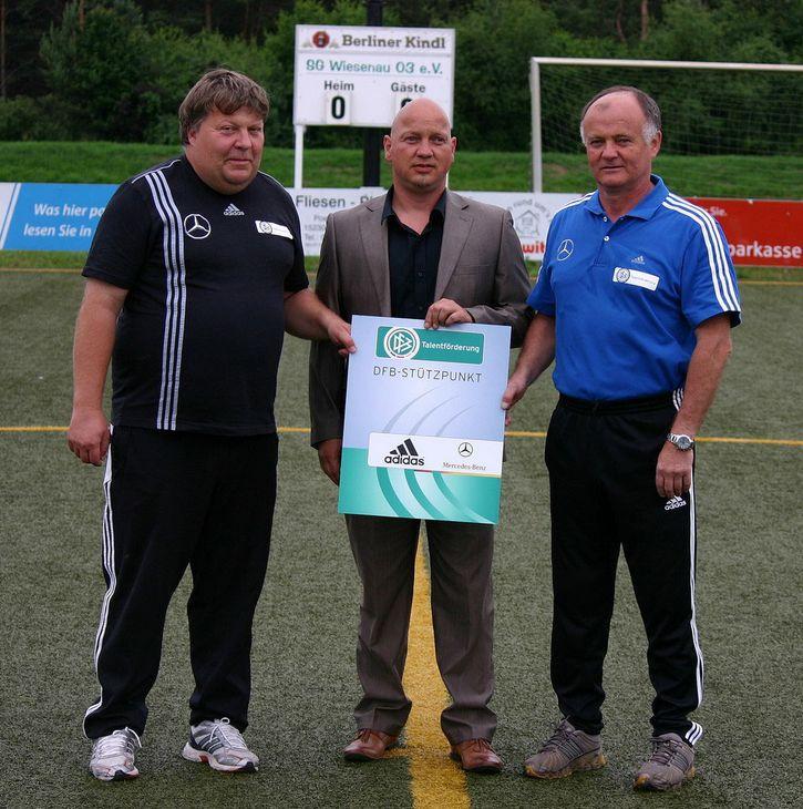 U. Langanke und N. Kloschinski bei der Verlängerung des Stützpunktes mit Vereinsvorsitzender Lars Müller