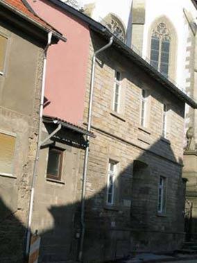 Die vormals am Rathaus befestigt gewesene Normalelle befindet sich jetzt an einem Strebepfeiler der Kirchenvorhalle.