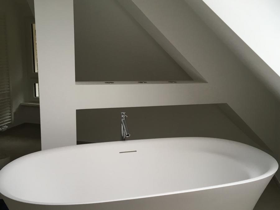 Fertige Balkenverkleidung im Dachgeschoss Villa