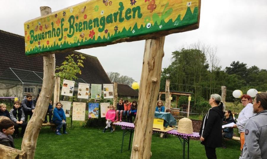 Eröffnung des Bauernhof-Bienengartens auf dem Kinderbauernhof Gussow