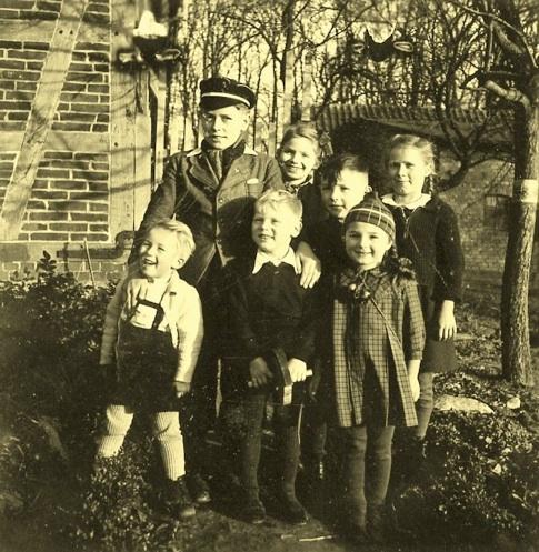 Gemischte Kindergesellschaft aus Einheimischen, Stadt- und Ostflüchtlingen 1947
