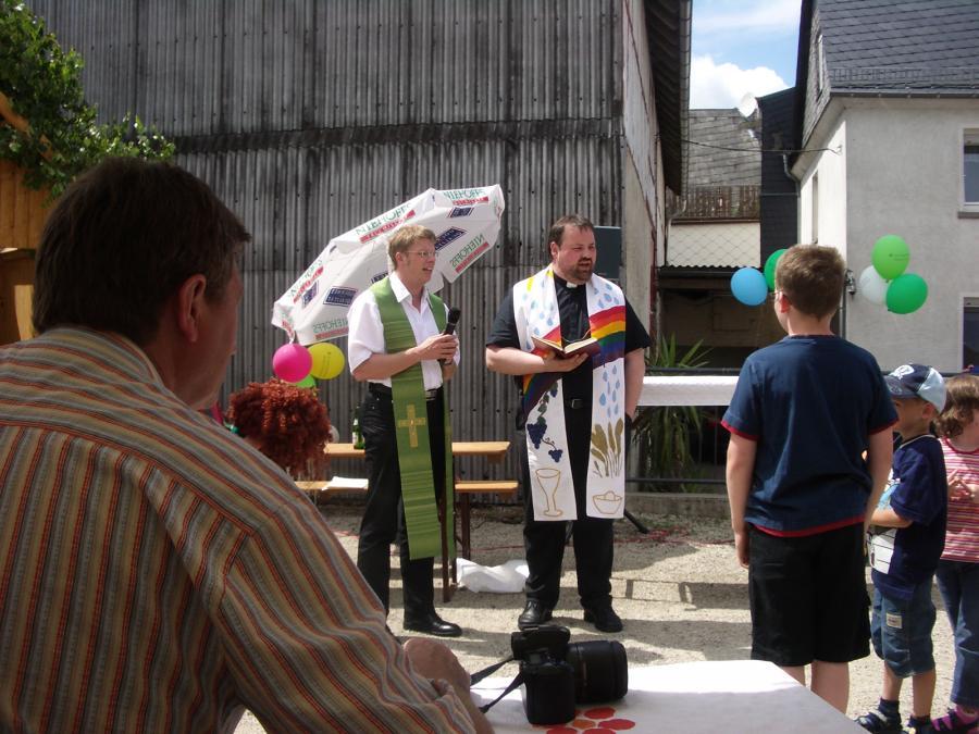 Pfarrer Ploch und Pfarrer Vogel segnen den Platz ein