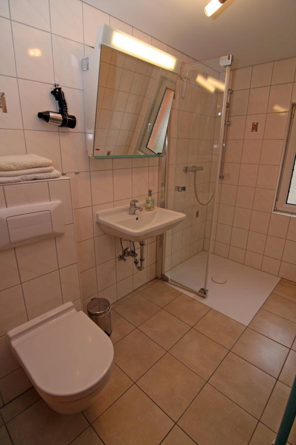 Bad mit bodenebener Dusche und Fussbodenheizung