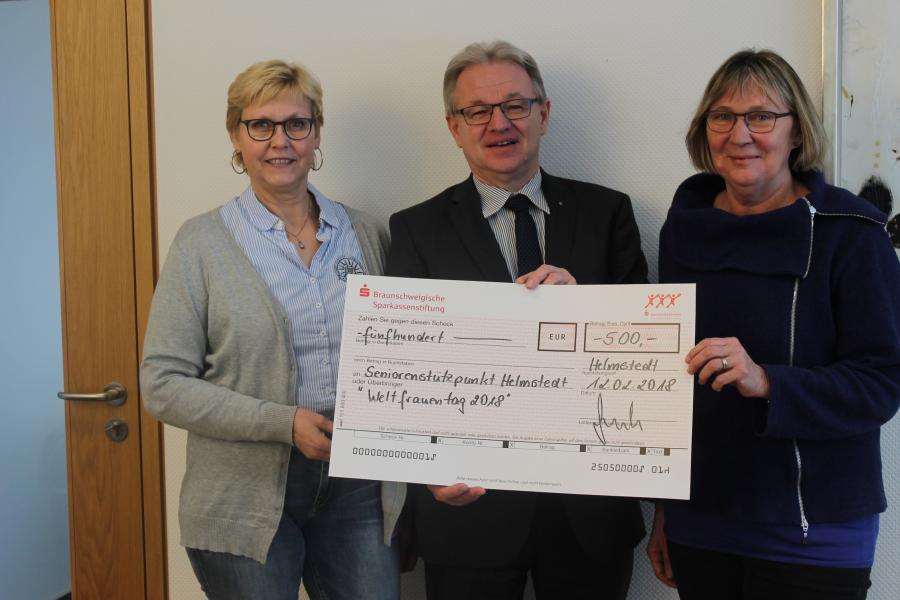 Spendenübergabe zum Weltfrauentag Linnemann