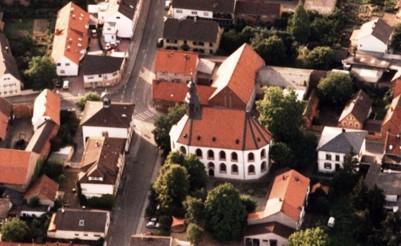Luftbild des Ortskerns mit Kirche
