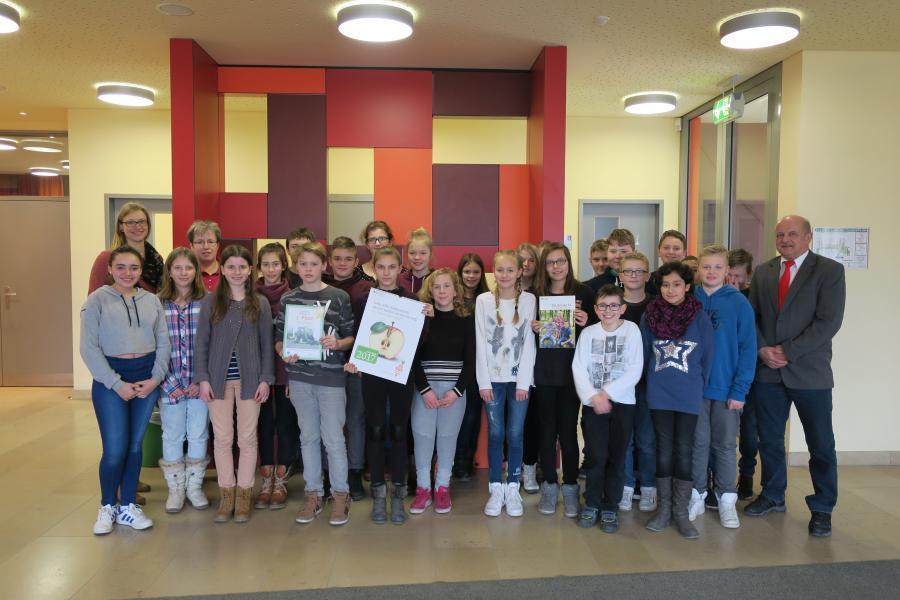 Die Gewinnerklasse 7/3 vom Goethe-Gymnasium Nauen mit Lehrerin Frau Klann-Mäthlau und Schulleiter Herrn Breuer sowie AGRARaktiv-Regionalmitarbeiterin Marina Maaß (Foto: AGRARaktiv)