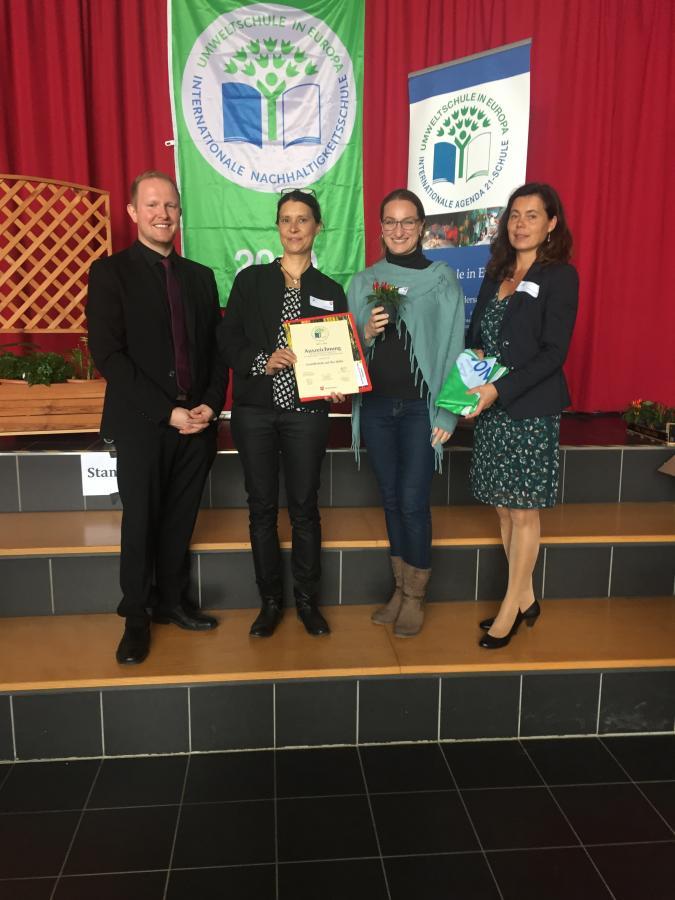 Frau Wolf und Frau Büscher freuen sich über Auszeichnung zur Umweltschule