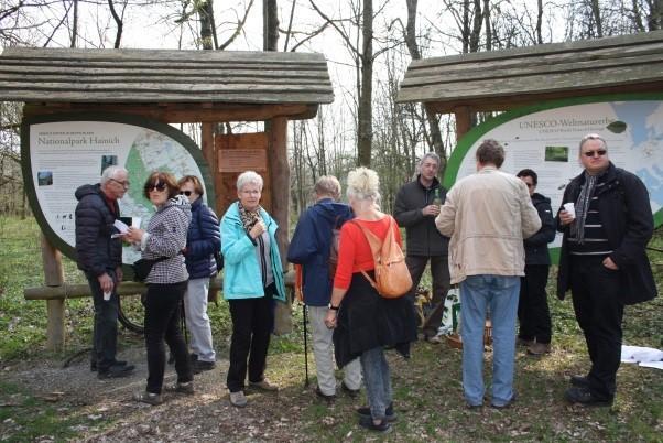 Besucher an den Schautafeln