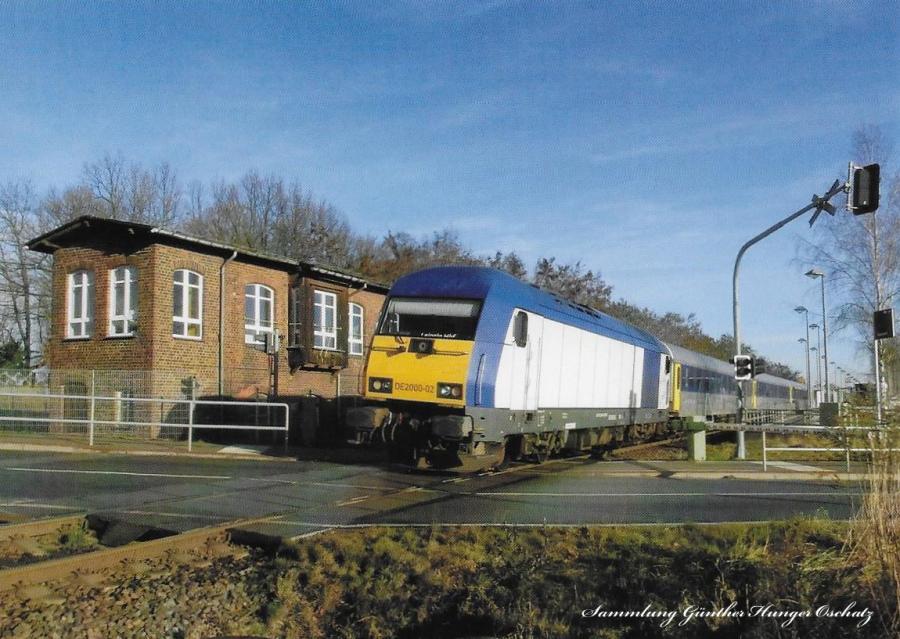 Diesellokomotive DE 2000-02 mit Regionalbahn nach Leipzig  bei Einfahrt in den Bahnhof Narsdorf