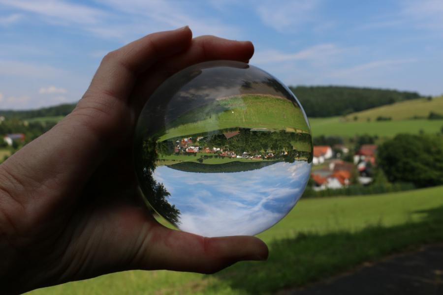 Lukas Buehn Ersrode - Gefangen in einer Glaskugel