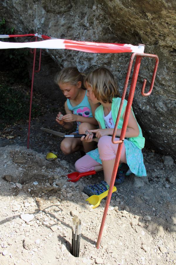 Kleine Archäologen an der Ilsenhöhle