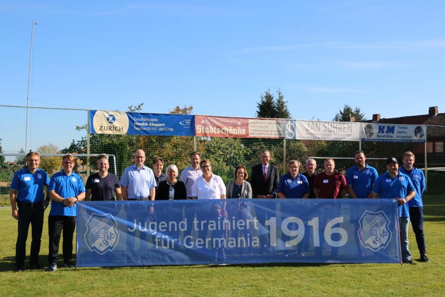 Jugendplatzeröffnung - Vereinsvorstand mit Sponsoren und Ehrengäste