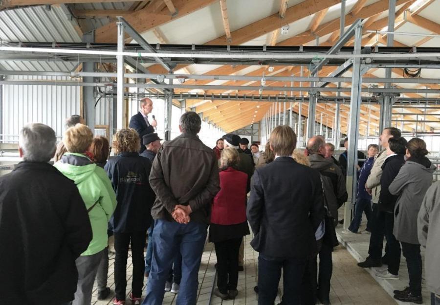 Joachim Klindworth erläutert Besuchern die moderne Stallanlage