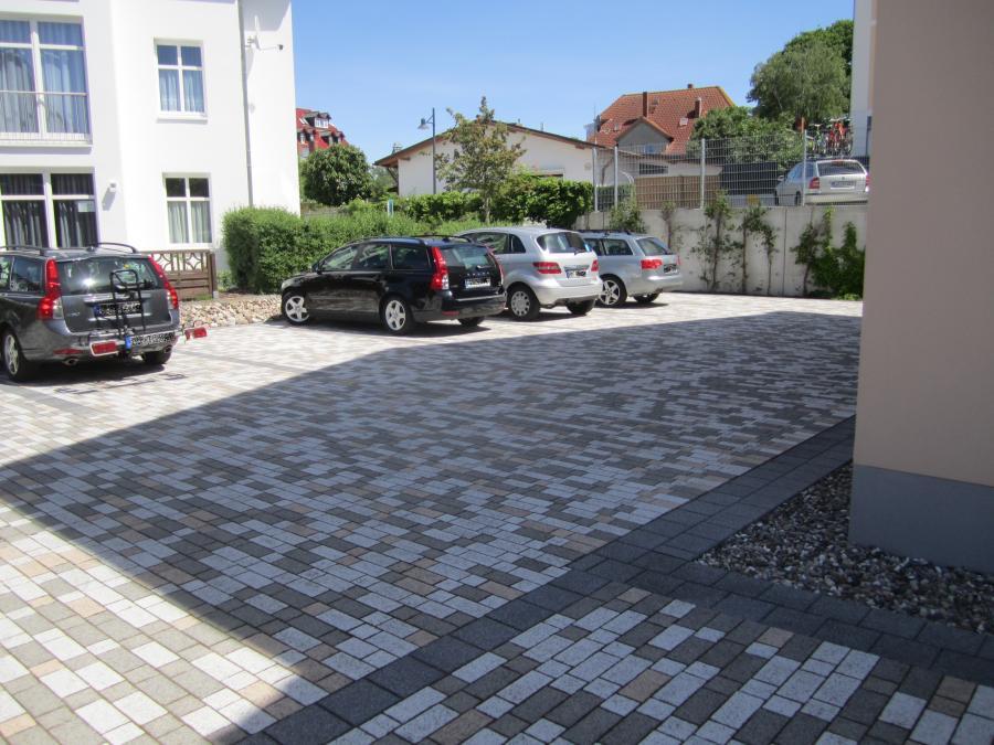 großzügiger Parkplatz am Haus