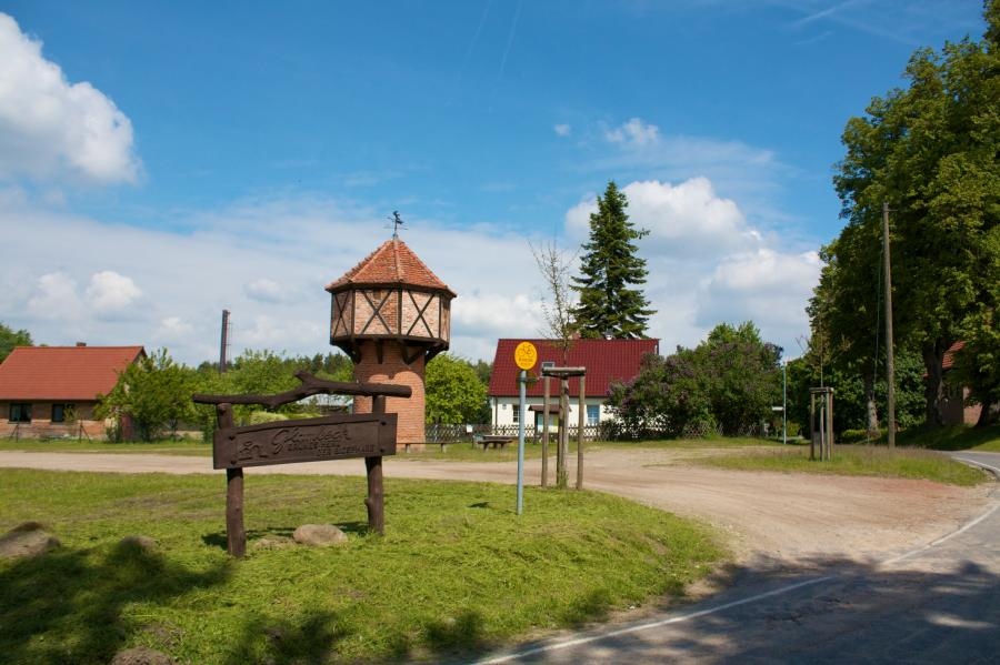 Dorfplatz mit Taubenturm